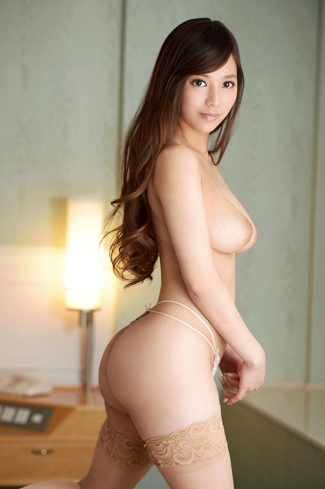 美尻美女のトップレスヌード!