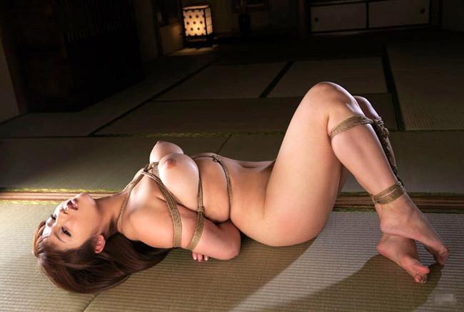 全裸で緊縛されたスレンダー美女!