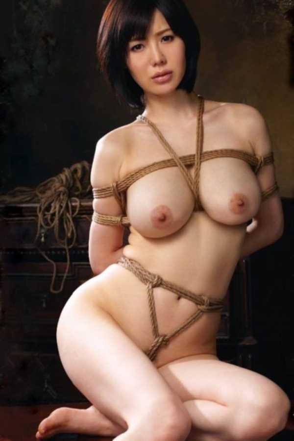 緊縛された縄が股に食い込む!