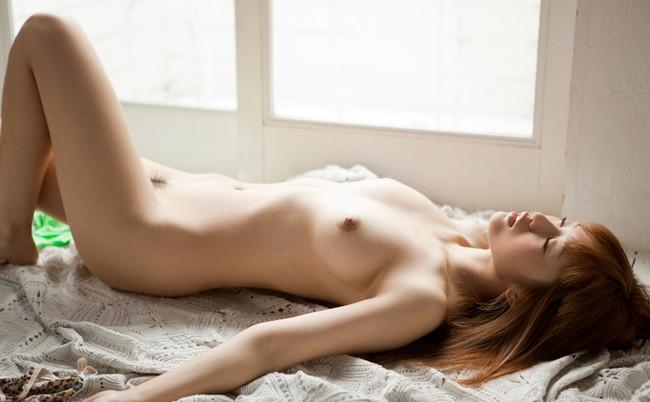 裸で寝てる美女!