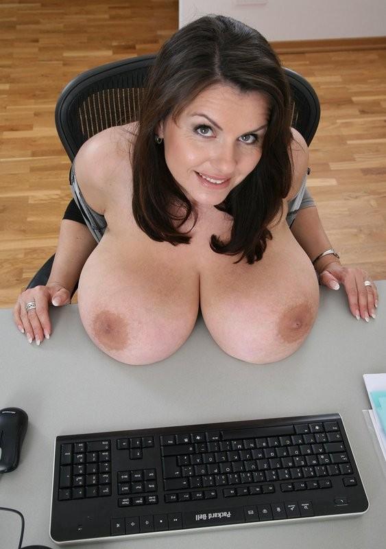 机の上にのるおっぱい!