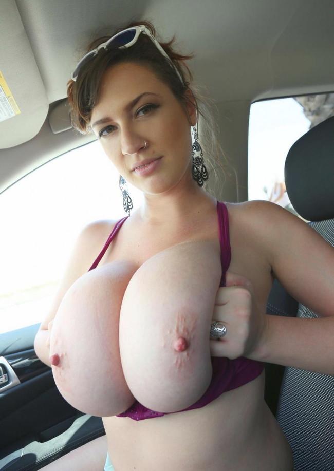 車内で爆乳見せつけ!