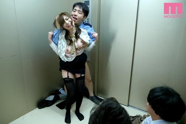 エレベーターの中で着衣セックス!