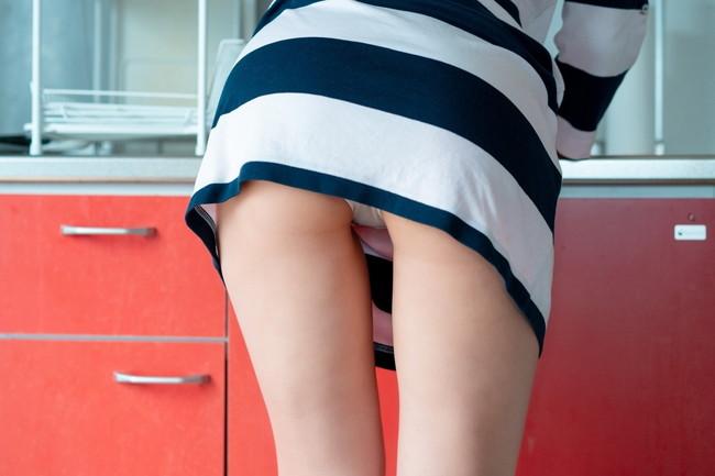 キッチン前でパンチラ!