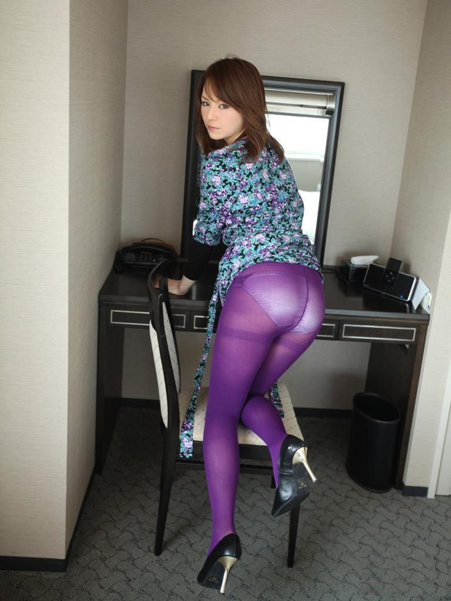 紫色のタイツから…