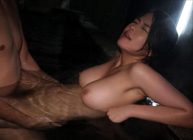 お湯に浸かりながらもセックス!