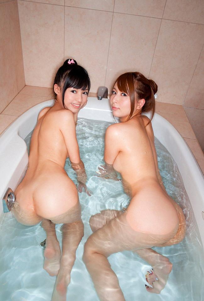 入浴しながらお尻を見せつけるふたり