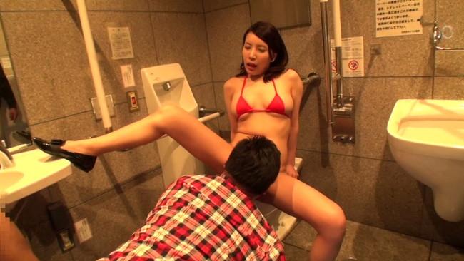 変態女をトイレに連れ込んで…