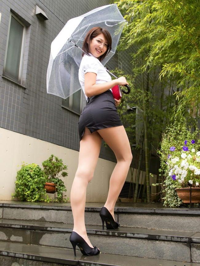 傘を差しながらミニスカ