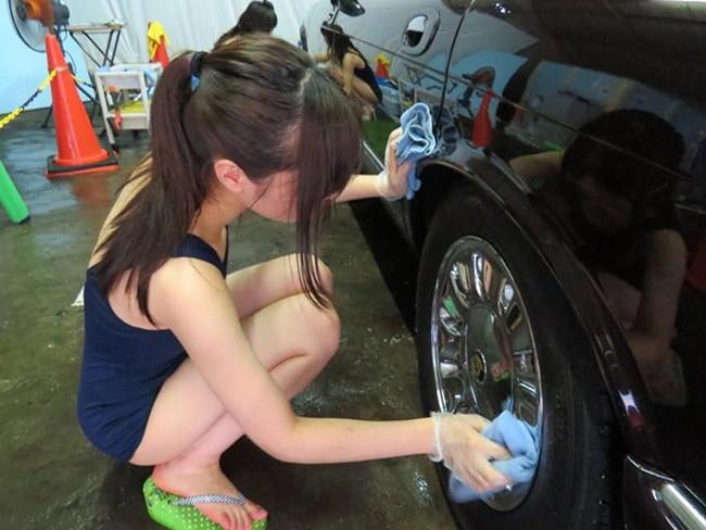 スク水で丁寧に洗車