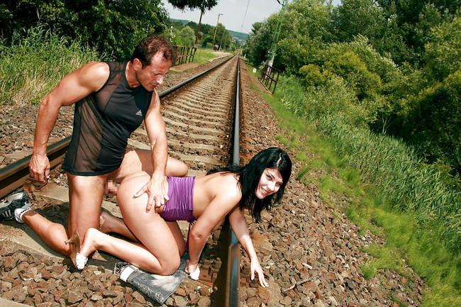 線路でヤるとか危ないな!