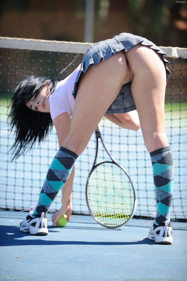 テニスコートでノーパン!