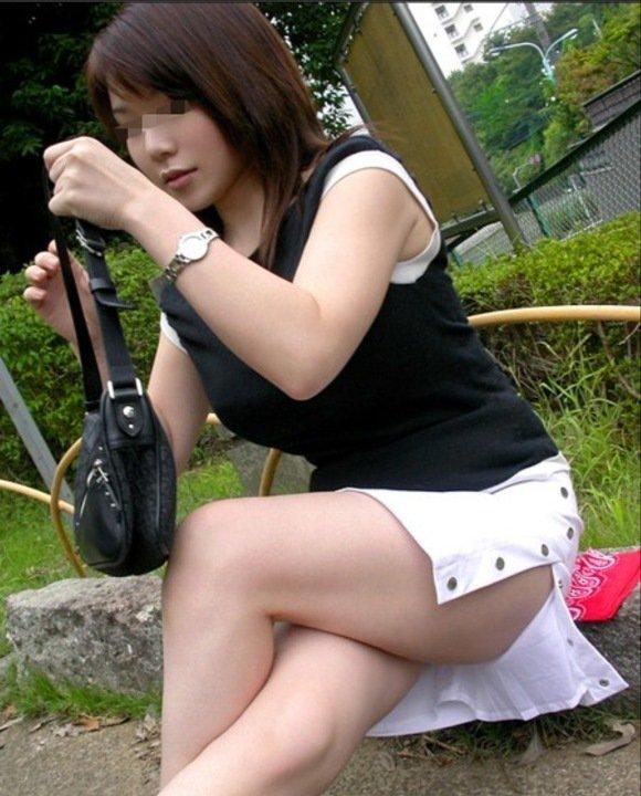 公園で座りながら足組み