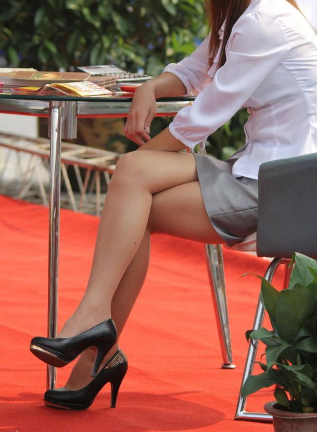 細い美脚の足組み