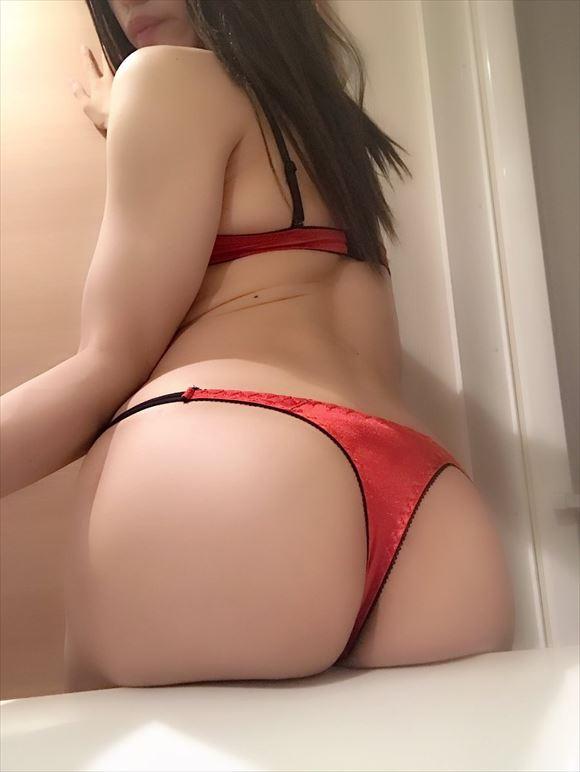 尻に食い込む赤ランジェリー