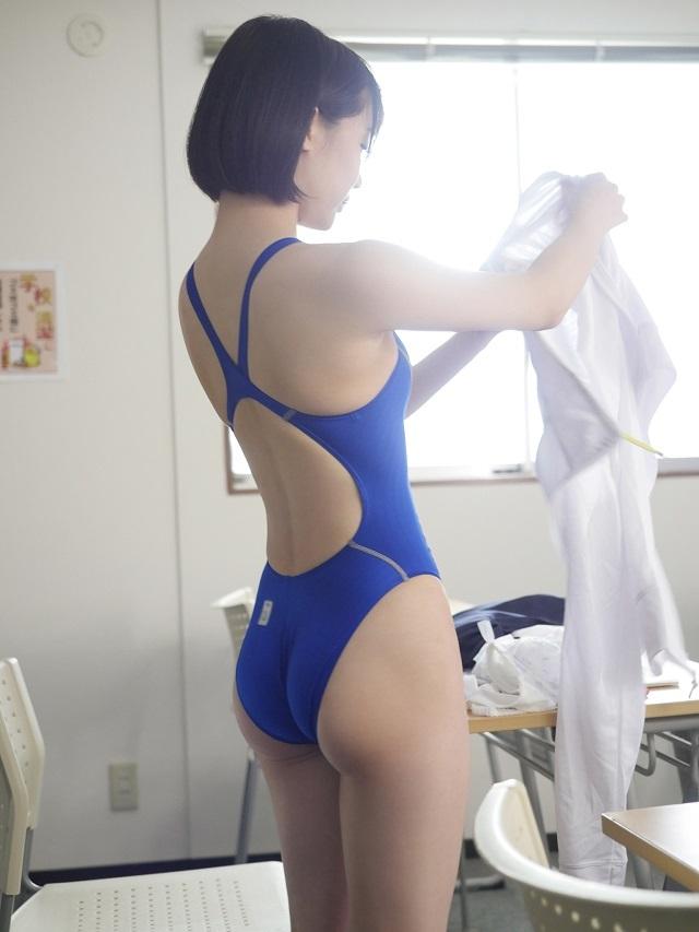 競泳水着が食い込む背中